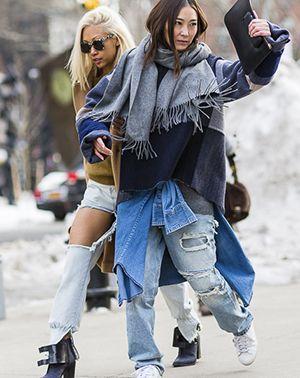 Стильные образы street-style с рваными джинсами